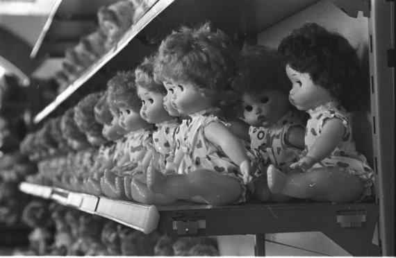 Магазинные полки с куклами