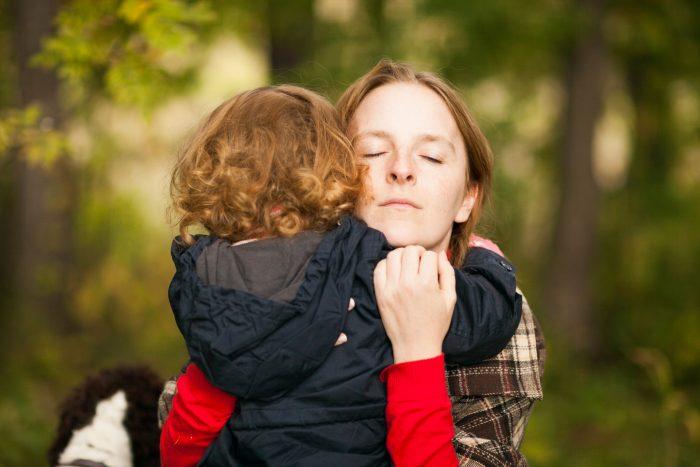 Мама обнимает ребёнка