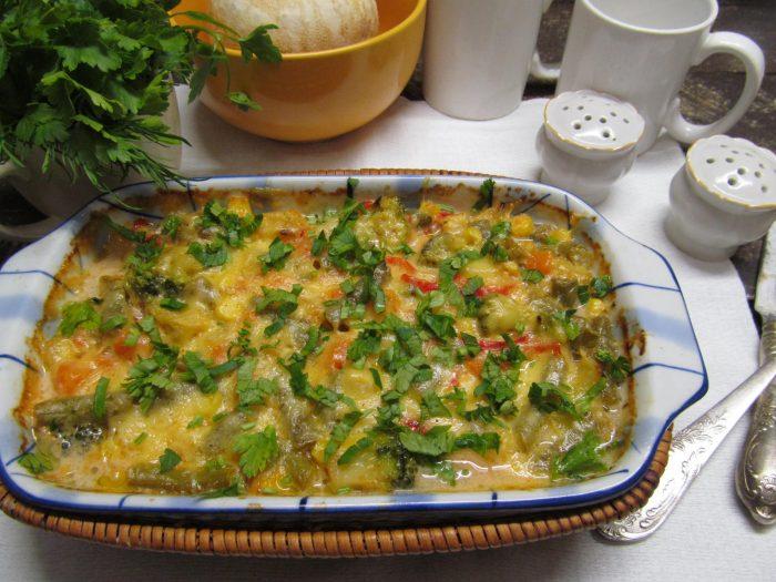 Курица, запеченная с овощами и покрытая сырной корочкой