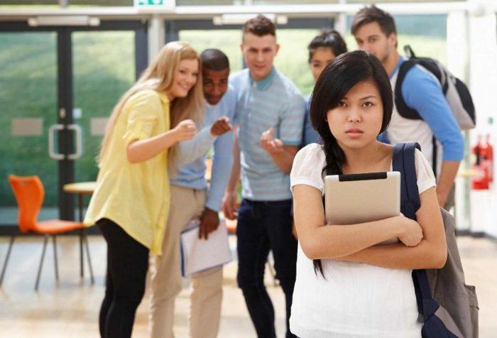 Над подростком насмехаются сверстники
