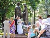 жених и невеста у памятника Петру и Февронии