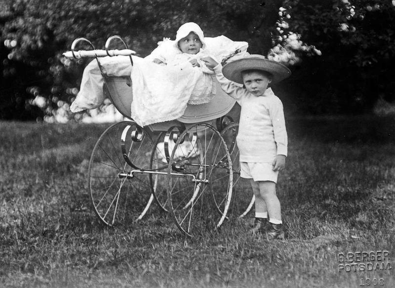 Эволюция детских колясок со времён средневековья до наших дней