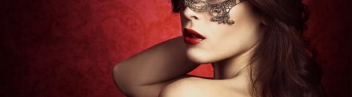 женщина в карнавальной маске