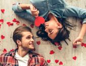 парень и девушка  с сердечками вокруг