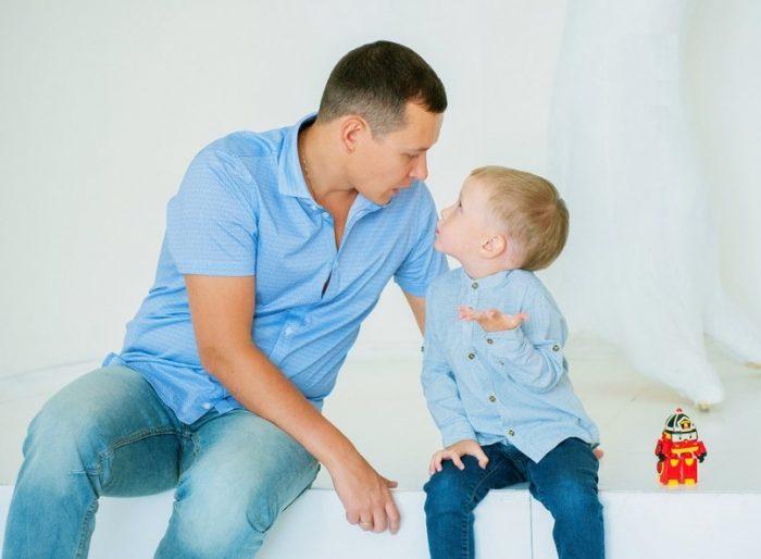 Отец беседует с маленьким сыном