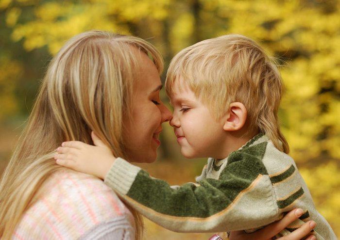 Мама с сыном обнимают друг друга