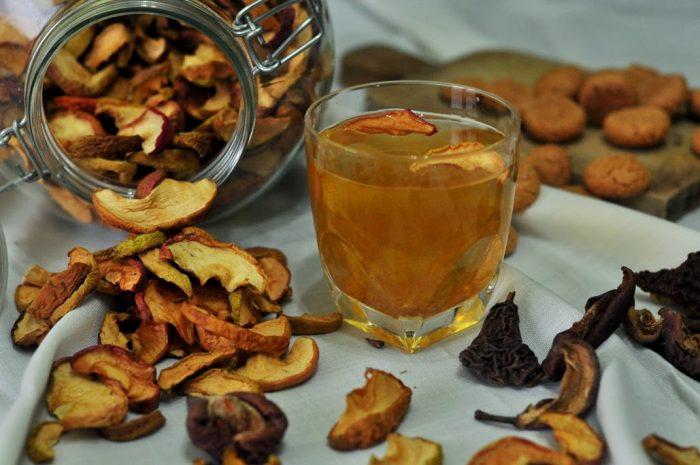 Сушёные фрукты и стакан с узваром