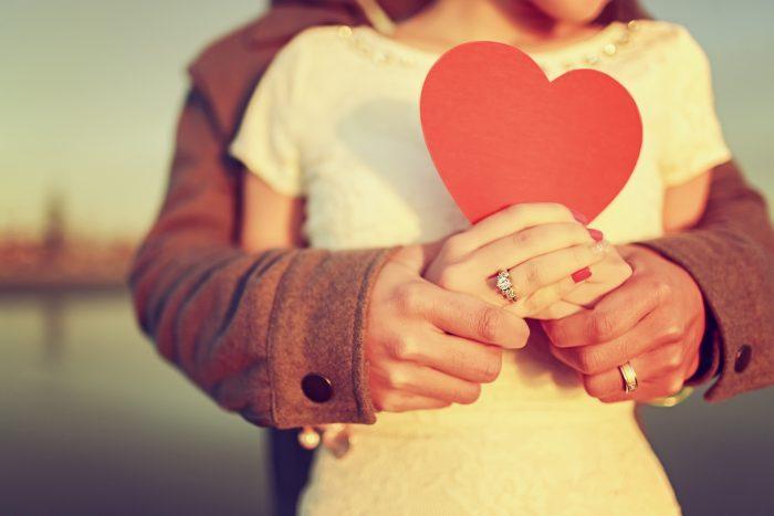 влюбленные держат сердечко