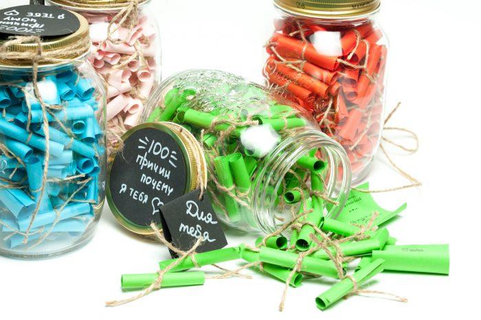 баночки с разноцветными записками