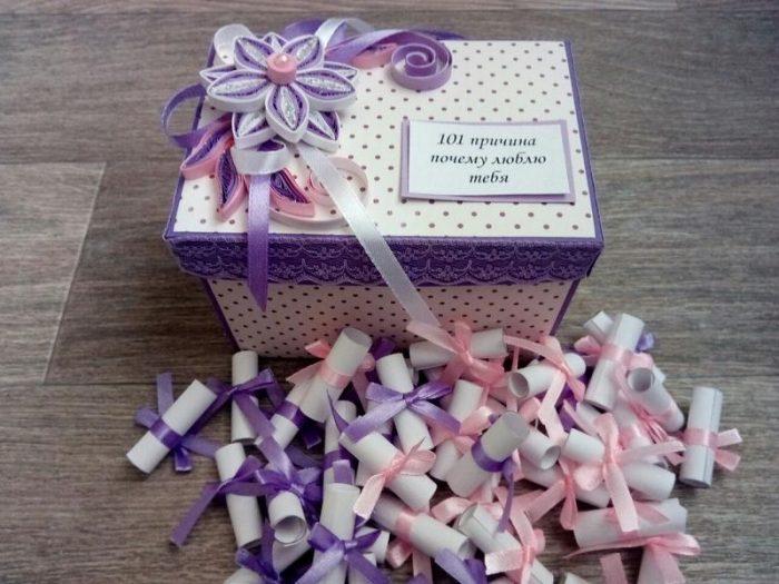 коробка, украшенная лентами