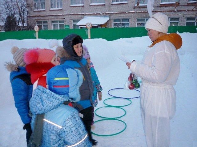 Педагог в костюме зайца зачитывает дошкольникам задание