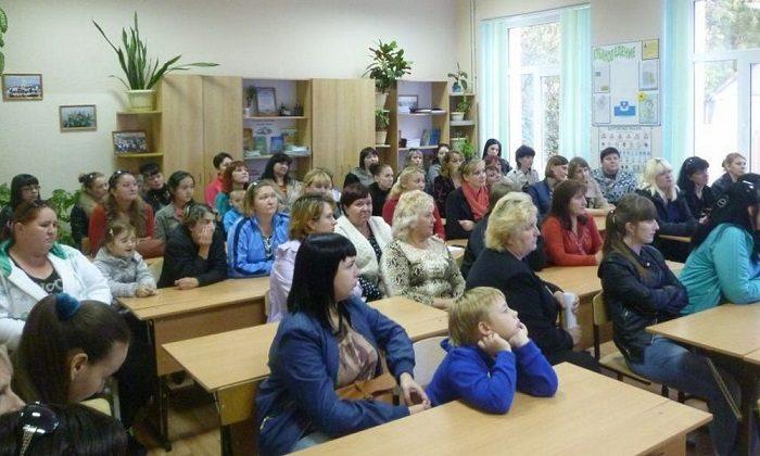 Женщины на родительском собрании в школе