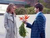 парень дарит девушке пучок моркови