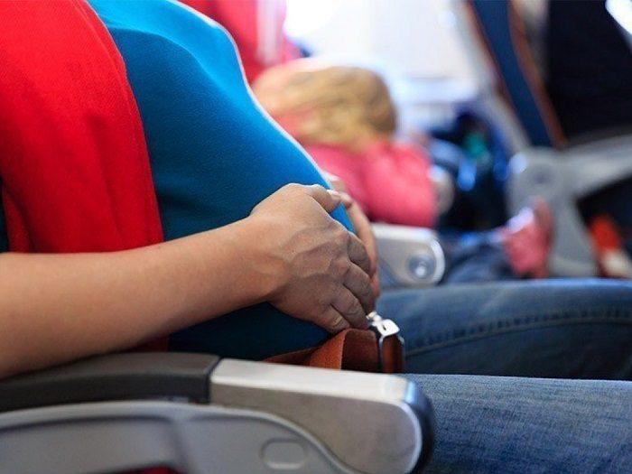 Беременная женщина в салоне самолёта