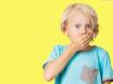 мальчик закрыл рот рукой
