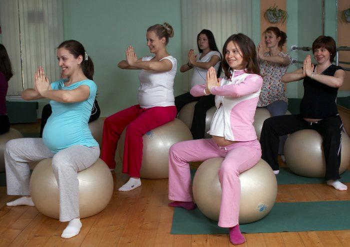 Будущие мамы на курсах для беременных