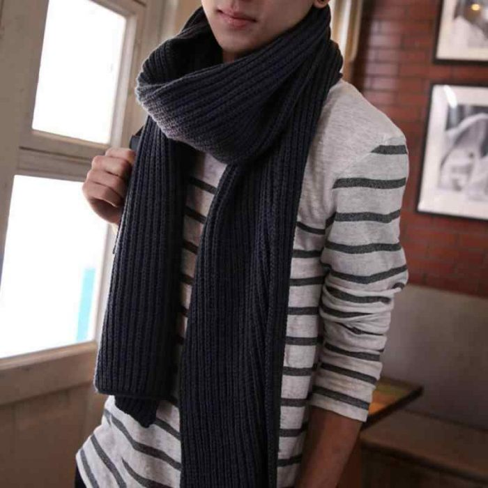 Мужчина в вязаном шарфе