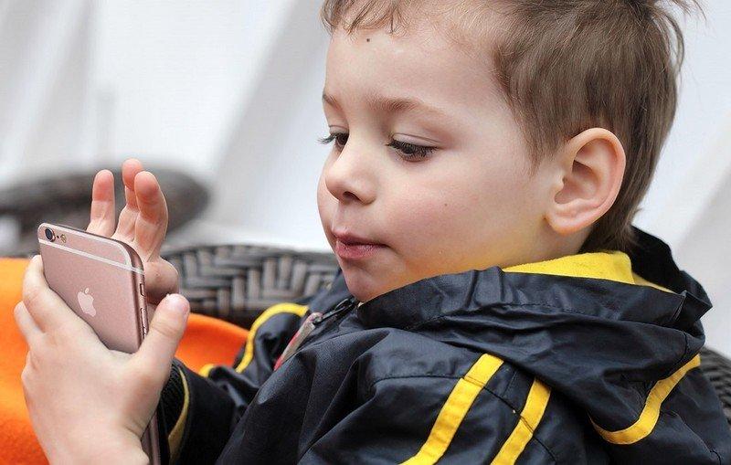 Почему все дети хотят айфон, и как реагировать на просьбу родителям
