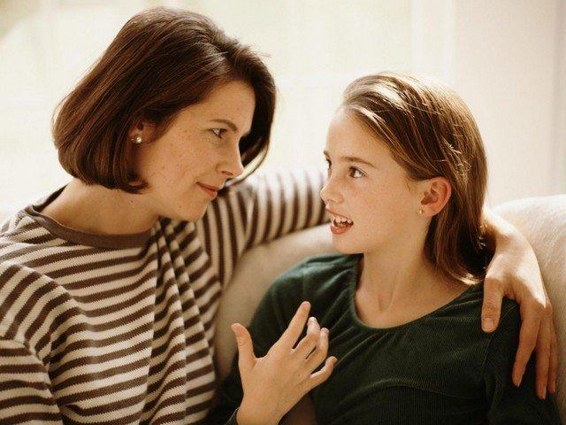 Мама доверительно беседует с дочкой