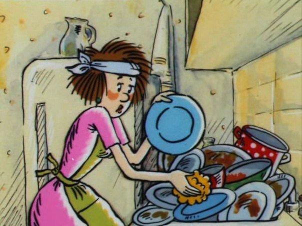 Недовольная женщина моет гору посуды