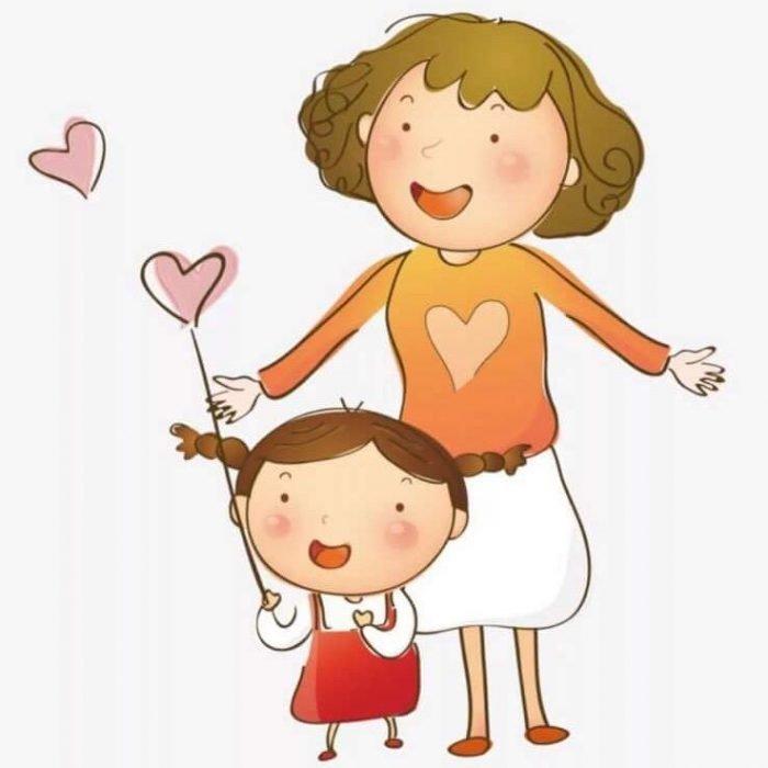 Мама улыбается, глядя на дочку