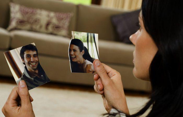 Девушка смотрит на обрывки фотографий
