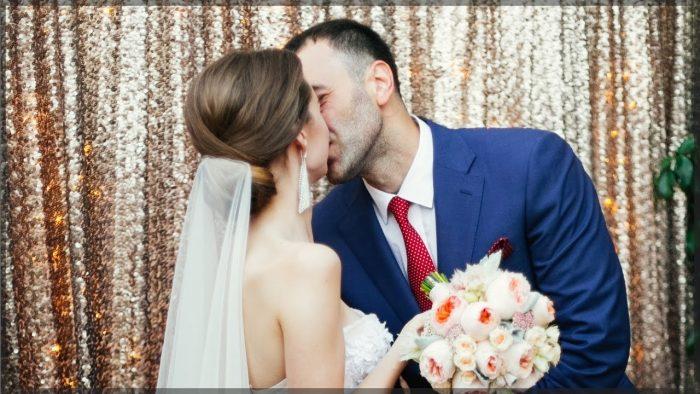 Жених целуется с невестой