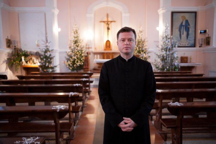 Священник в католическом храме