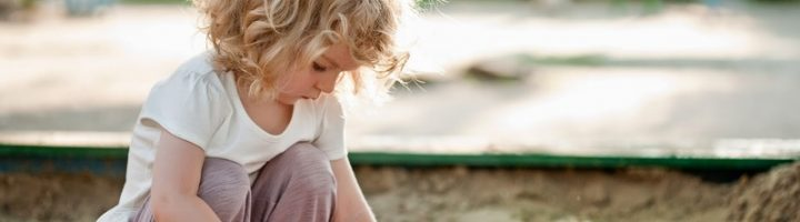 Ребёнок ест песок