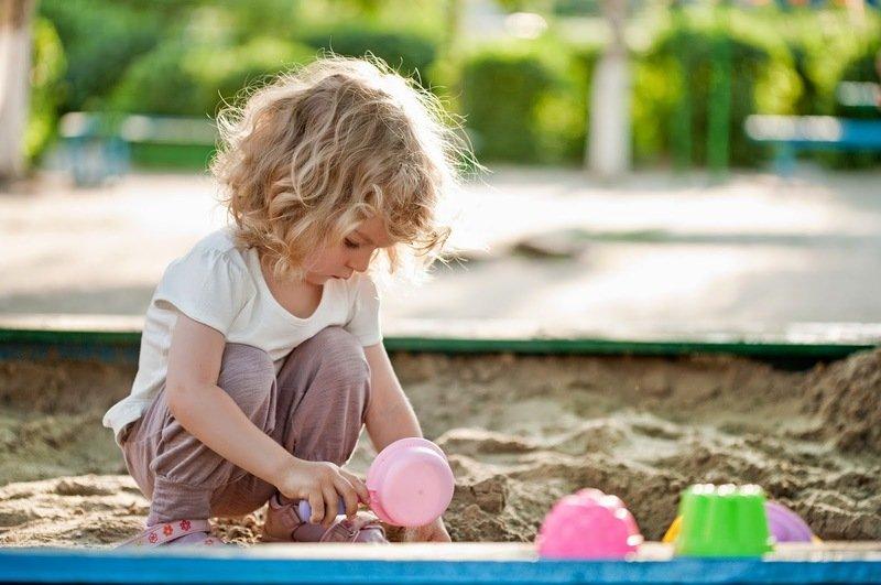 Ребёнок наелся песка или земли: насколько это плохо и как действовать родителям