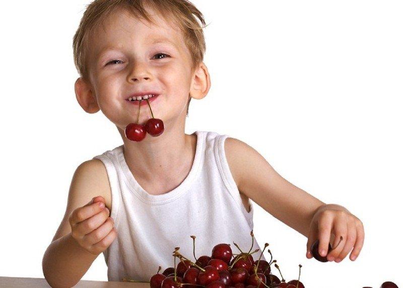 Что будет, если съесть много червивой черешни: последствия для детей и взрослых
