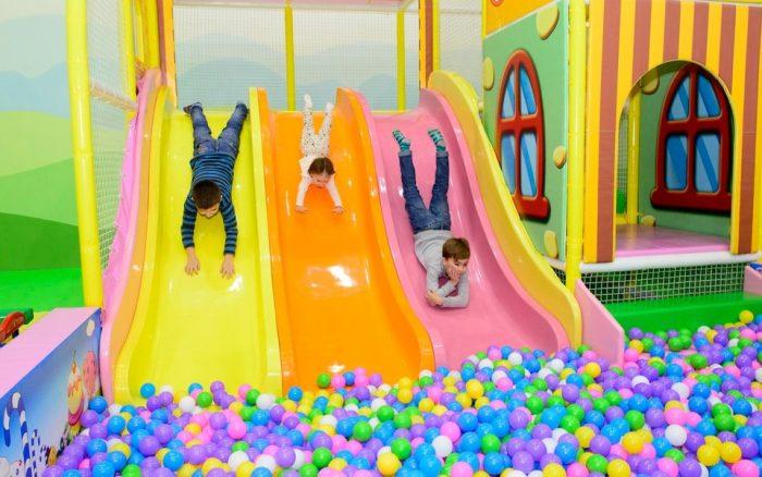 Дети катаются с горок, попадая в сухой бассейн