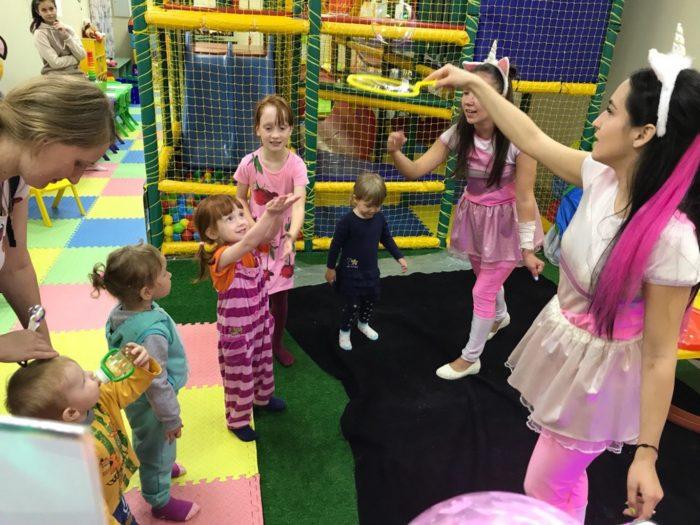 Девушки-аниматоры развлекают детей в игровой комнате