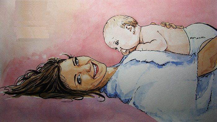 Улыбающаяся женщина с новорождённым на груди