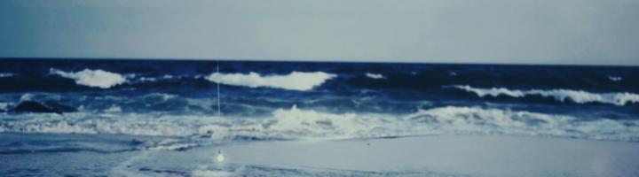 спящая женщина в море