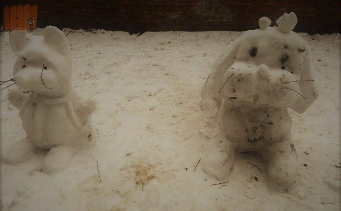 Фигурки кошки и собаки из снега