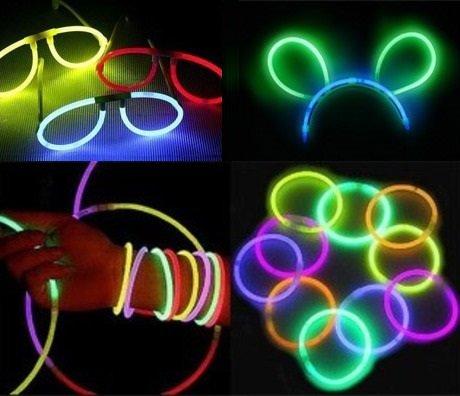 В темноте светятся неоновые браслеты, очки, ушки