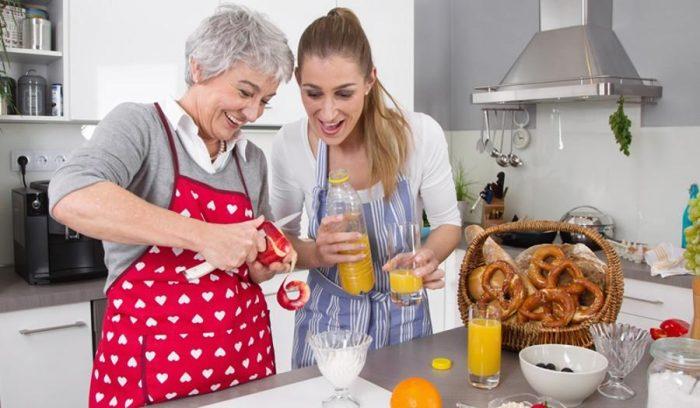 Девушка и мама парня на кухне