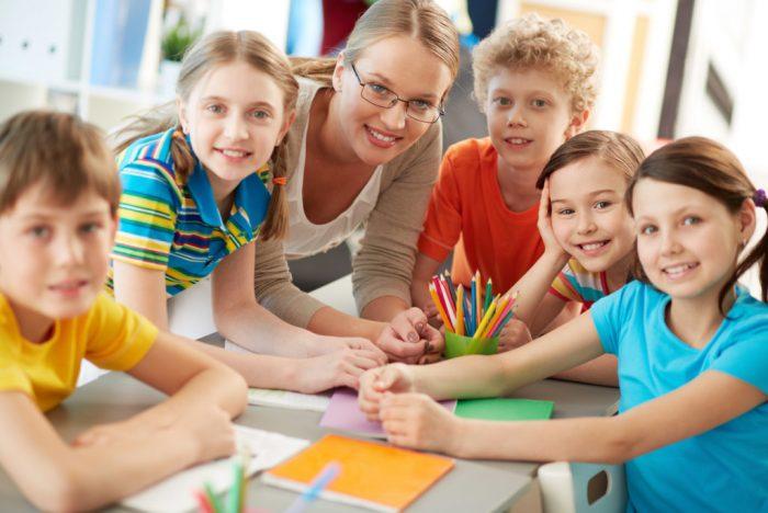 Дети рисуют с учителем