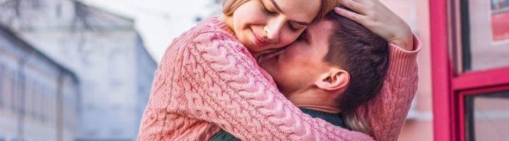 Мужчина прилюдно обнимает женщину