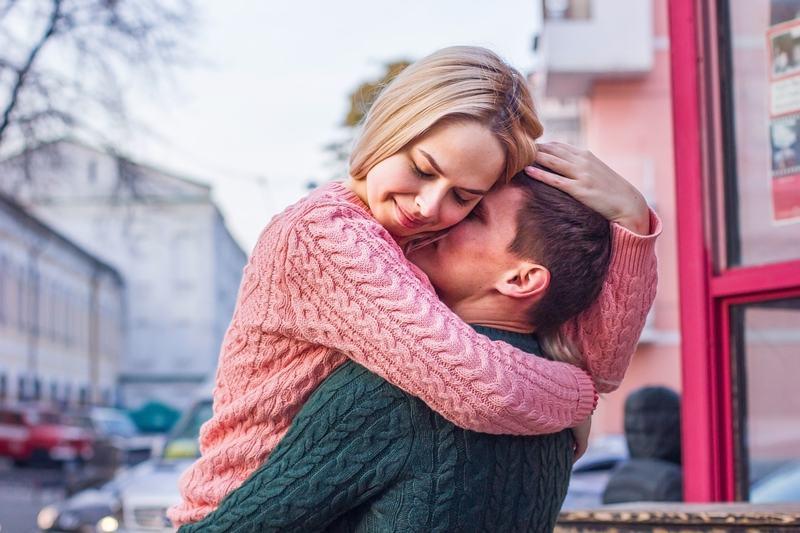 Почему мужчина не обнимает при друзьях: 7 причин