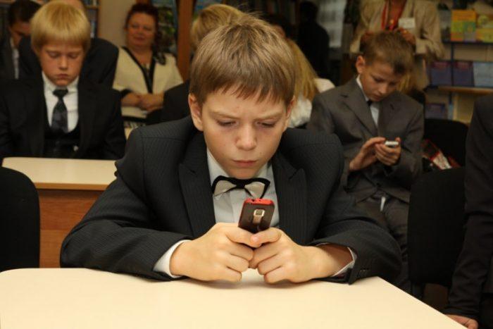 Ребёнок сидит в телефоне