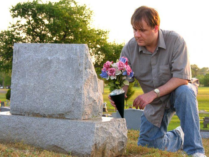 Мужчина принёс цветы на могилу