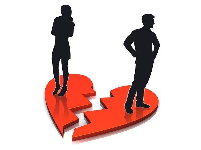 Мужчина и женщина стоят на разорванном сердце