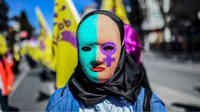 женщина на митинге феминисток