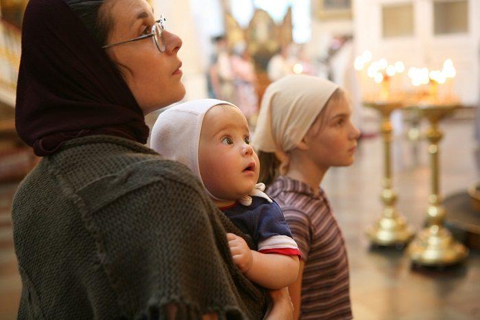 Мама и две дочки в церкви (все с покрытой головой)