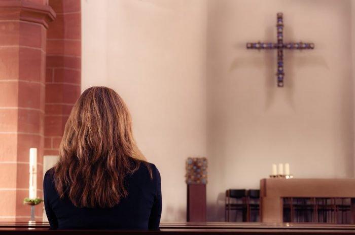 Женщина в католическом храме