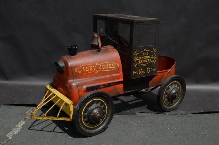 Педальный автомобиль в виде железнодорожного локомотива