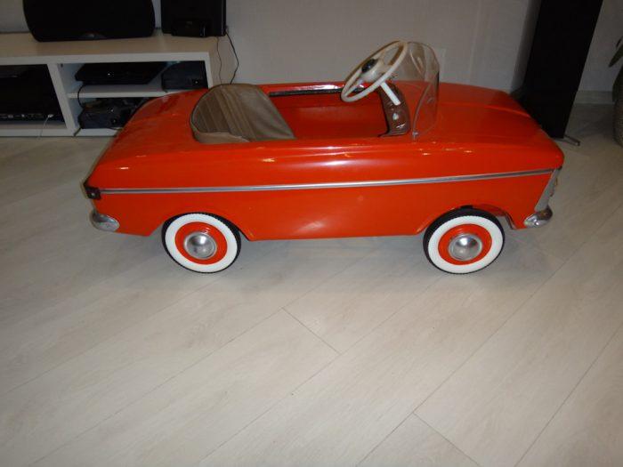 педальный автомобиль Москвич красный