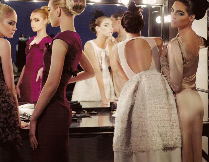 Несколько девушек перед зеркалом